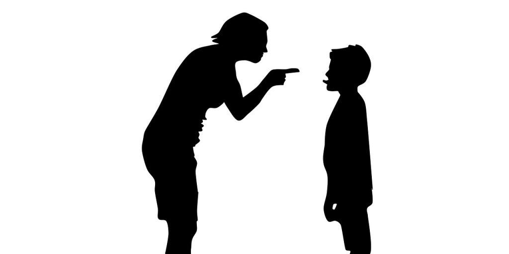 Schattenriss: Eine Mutter schimpft mit ihrem Sohn, der ihr die Zunge herausstreckt