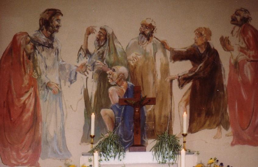 Altarbild in der Alzeyer Klinikkapelle mit Jesus, der kranke und behinderte Menschen um sich schart