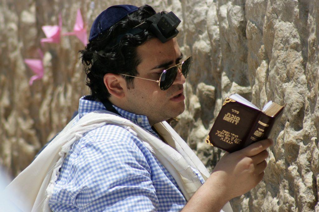 Ein Jude, der aus einem hebräischen Gebetbuch betet