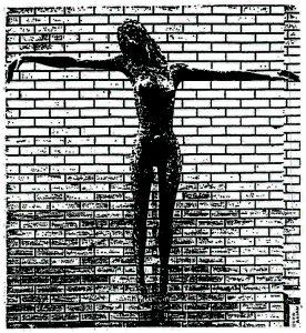 Das Bild zeigt die Figur einer Frau, mit ausgestreckten Armen, wie gekreuzigt, in einer Kirche in Toronto.