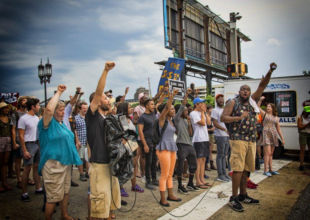 Eine Protestversammlung der heutigen Zeit gegen Rassendiskriminierung