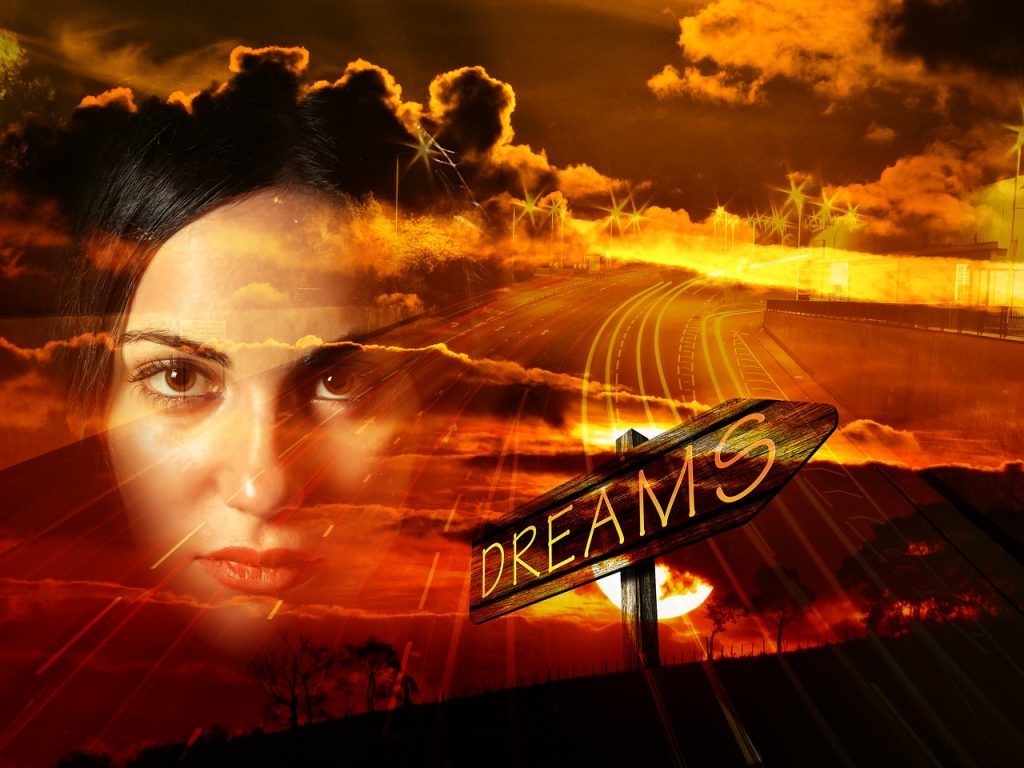 """Das Gesicht einer Frau vor Sonnenuntergangslandschaft mit Wolken, Autobahn, Hinweisschild """"Dreams"""""""
