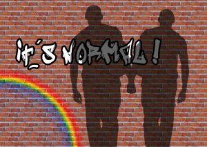 Schatten zweier Männer Hand in Hand an einer Klinkerwand, auf der das Graffiti steht: It's normal!