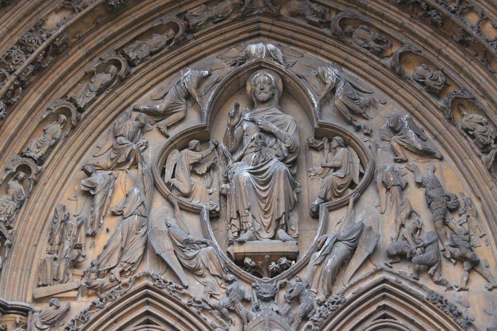 Darstellung Christi als Weltenrichter in einem Relief über einer Kirchentür
