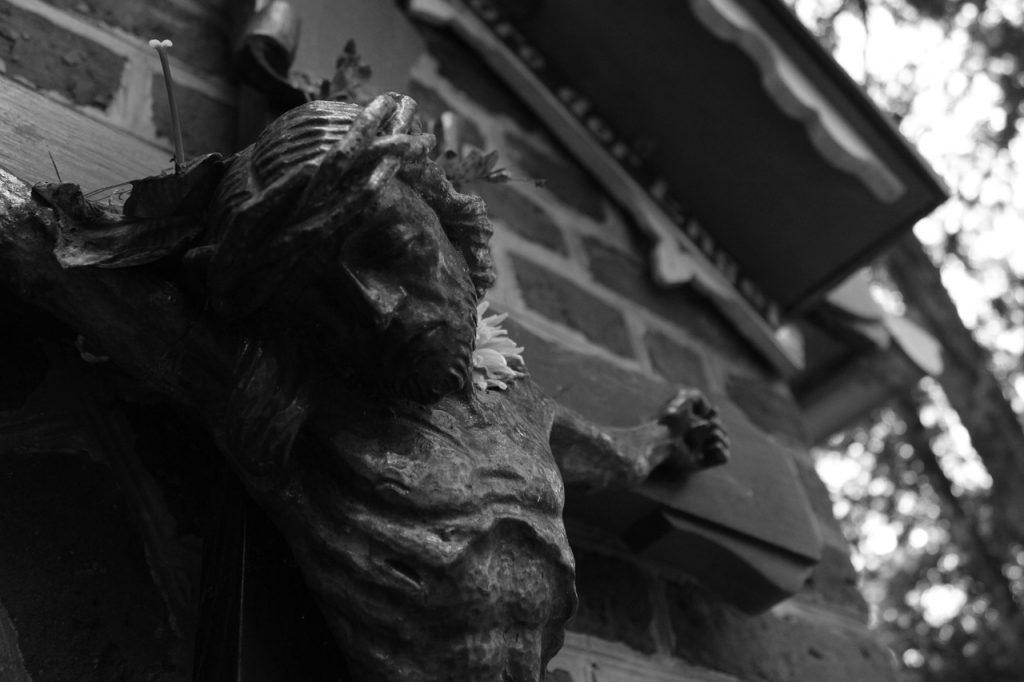 Schwarzweißes Bild von Jesus, dem Gekreuzigten, wie er den Kopf seitlich auf seine Brust legt