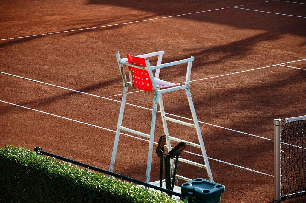 Stuhl des Stuhlschiedsrichters auf dem Tennisplatz
