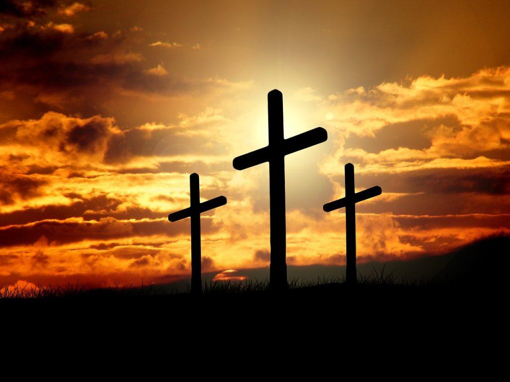 Drei Kreuze auf Golgatha im Licht des Sonnenuntergangs