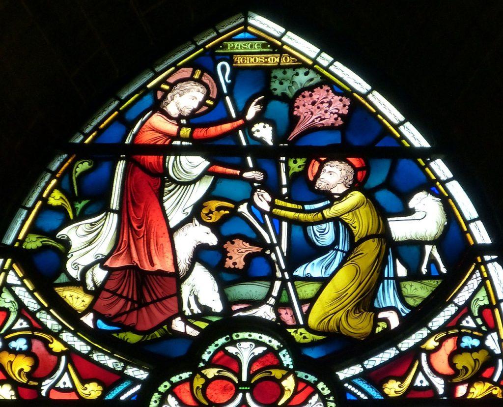 """Kirchenfenster mit der Inschrift """"Weide meine Schafe"""" und dem Bild von Jesus, wie er Petrus mit der Gemeindeleitung beauftragt"""