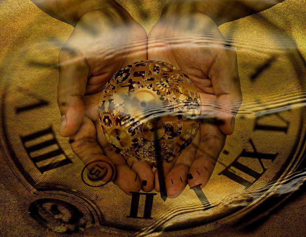 Achtsam umgehen mit kostbarer Lebenszeit: Zwei Hände umfassen schützend eine aus Uhrzahnrädern geformte Kugel, im Hintergrund ein Zifferblatt mit römischen Zahlen
