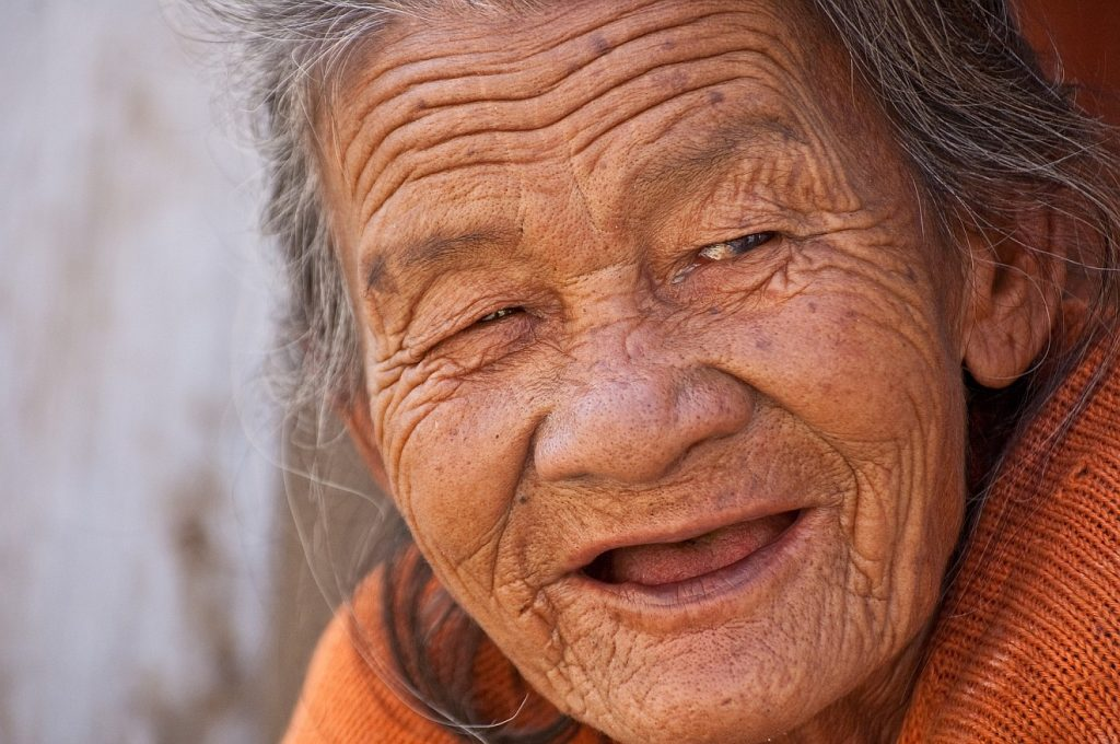 Hilf uns fröhlich sterben: Das Portrait einer alten Frau mit einem Lächeln auf dem Gesicht