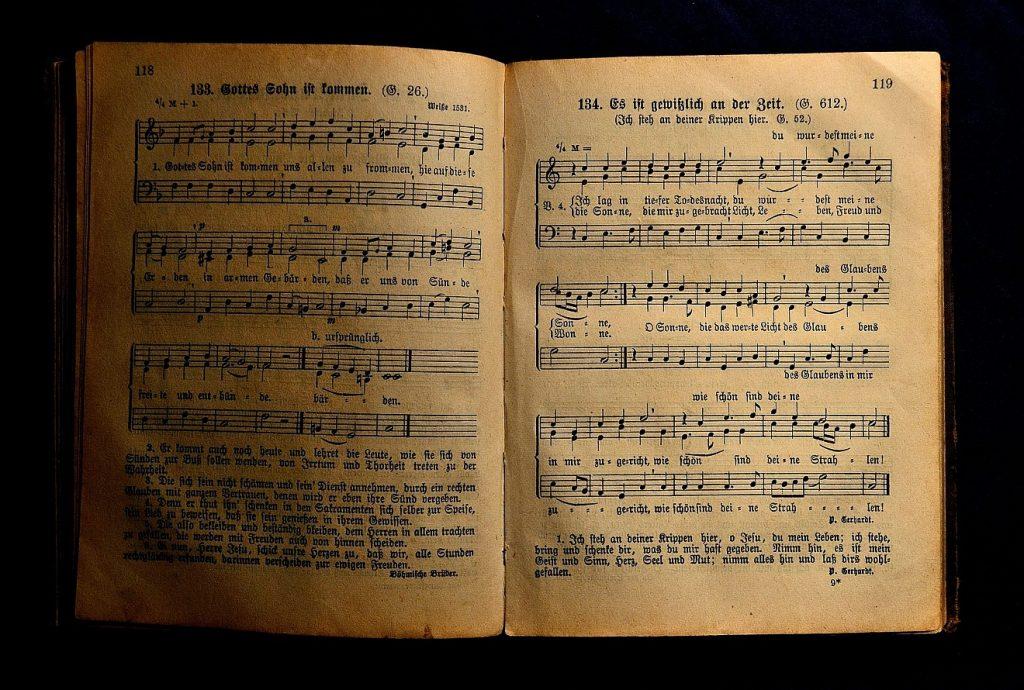 Durch das Singen wird ein Haus rein und heilig: ein altes aufgeschlagenes Gesangbuch mit evangelischen Liedern