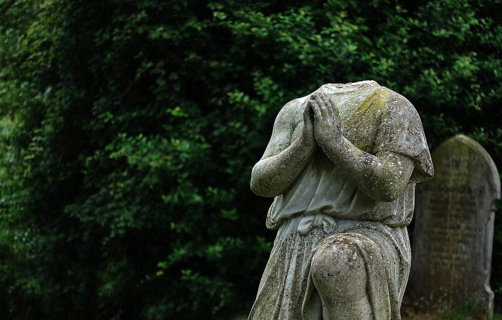 Die offene Frage nach Gott: Eine betende Statue ohne Kopf
