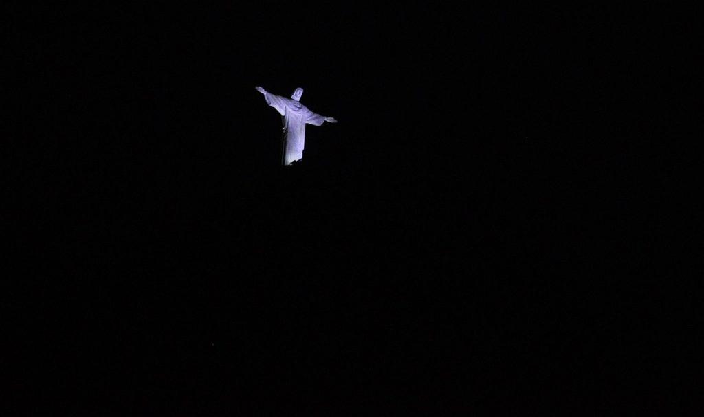 """""""Du hast mich erlöst, HERR, du treuer Gott"""": Christus, der Erlöser, bei Nacht in Rio de Janeiro fotografiert"""