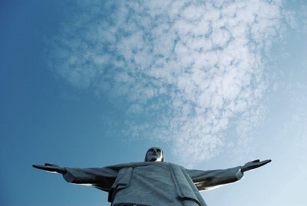 Der Himmel wird aufgeschlossen: Die Christusstatue in Rio de Janeiro mit ausgebreiteten Armen unter dem weiten Himmel