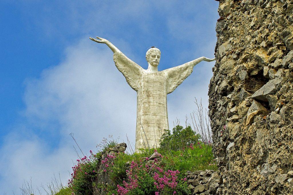 Du segnest die Gerechten: Die Christusstatue von Maratea in Italien mit segnend ausgebreiten Armen