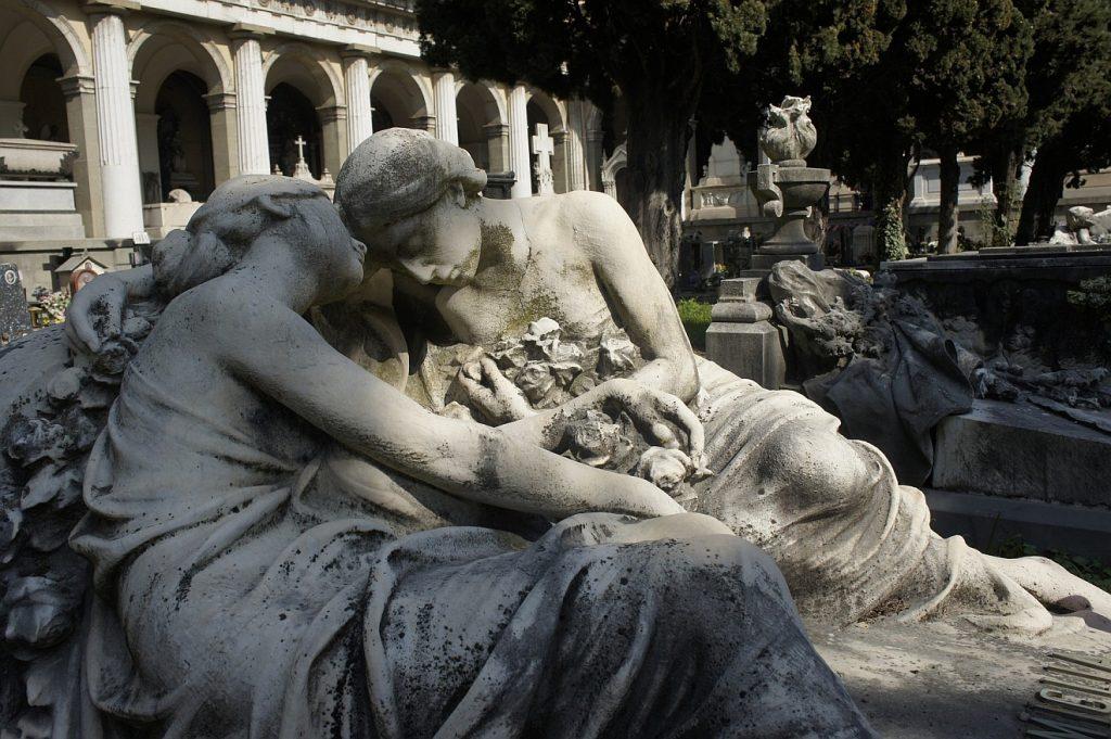 Wunder erfahren: Die Skulptur zweier Frauen, die einander in der Trauer trösten, auf dem Friedhof Staglieno in Genua