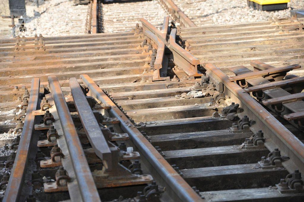 Am Ende wieder auf eine gute Spur gekommen: Eisenbahngeleise, die nicht zusammenpassen, zerstört zu sein scheinen