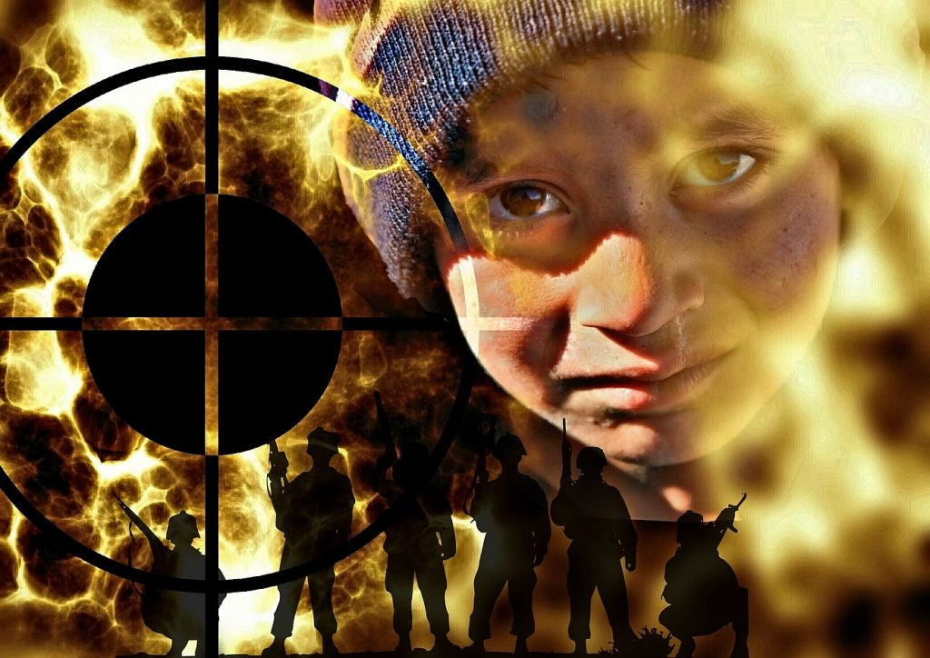 """""""Errettet aus der Tiefe desTodes"""": Das Gesicht eines Kindes voll Tränen und Verzweiflung neben einem Fadenkreuz, dahinter bewaffnete Männer inmitten von Flammen des Krieges"""