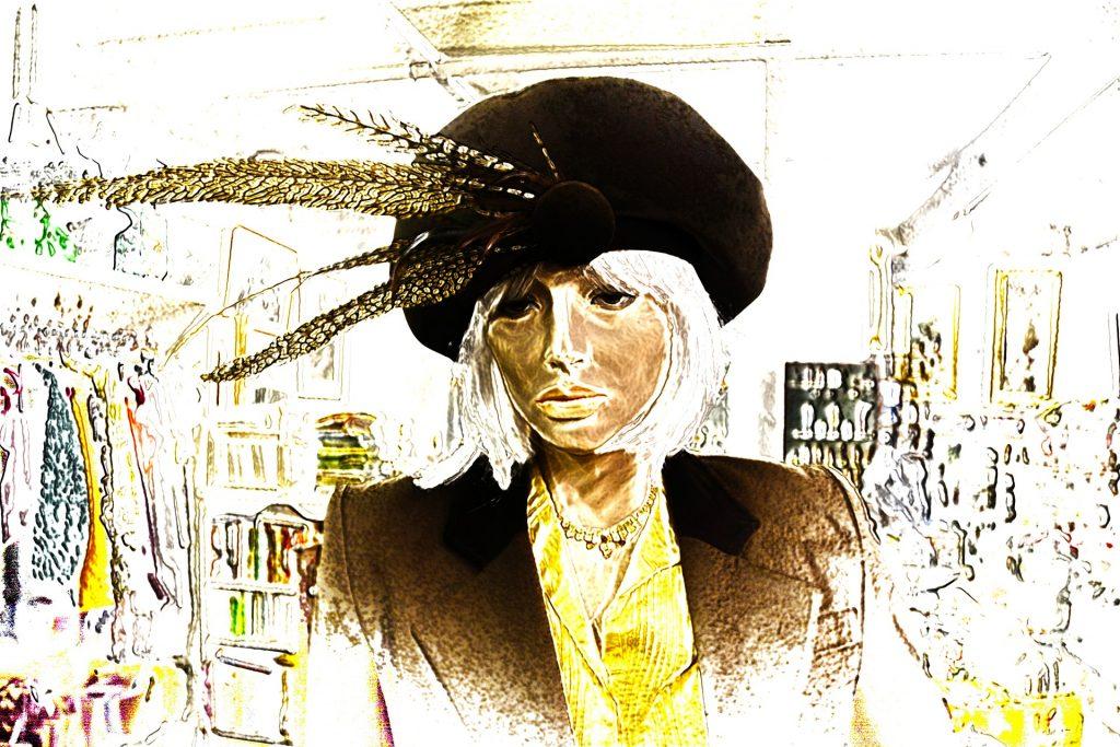 Eine Frau steht ihren Mann: Gemaltes Bild einer Frau im Business-Outfit und einem Hut mit Federn in einem Laden der gehobenen Preisklasse