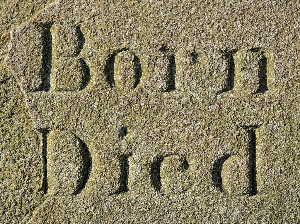 """Tod und Leben sind mehr Biographie als Biologie: Ein Ausschnitt aus einem Grabstein mit der Inschrift: """"Born"""" und """"Died"""" = """"Geboren"""" und """"Gestorben"""""""
