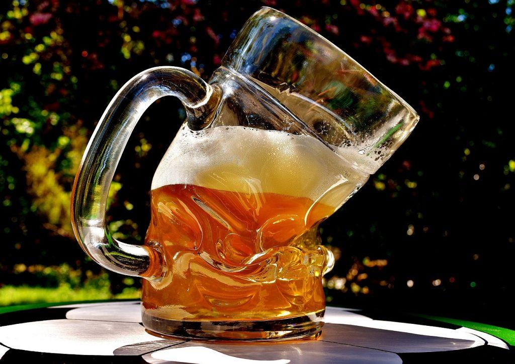 Konsequentes Nein zum ersten Glas Bier: Ein merkwürdig geformtes Glas Bier, nämlich schräg geknickt