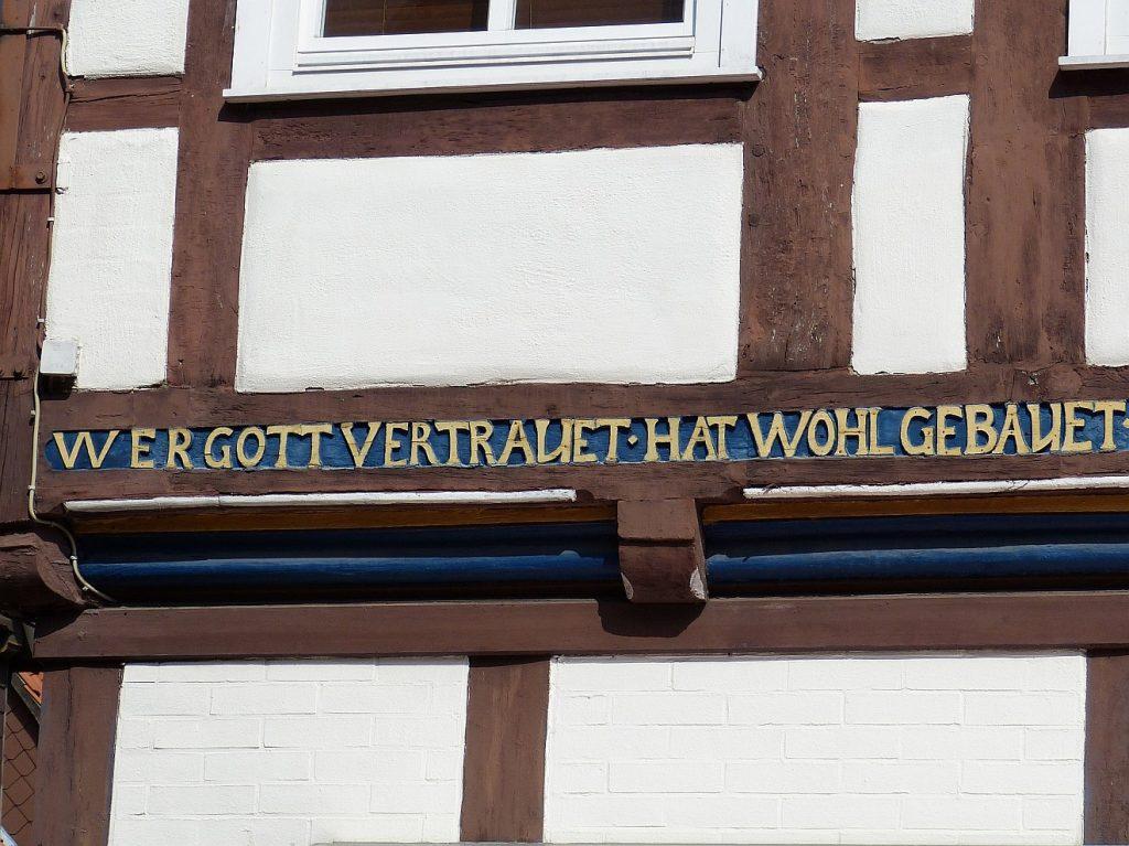 Wer Gott vertrauet - hat wohl gebauet - eine Fachwerkinschrift zu Gottes Führung in Celle