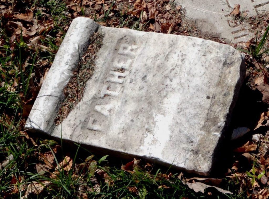 """Sehnsucht nach dem Grab des Vaters: Ein Grabstein, auf dem nur das Wort """"Father"""" = """"Vater"""" steht"""