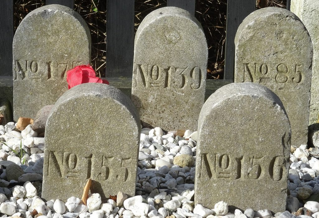 Anonym bestattet: Grabsteine mit Nummern