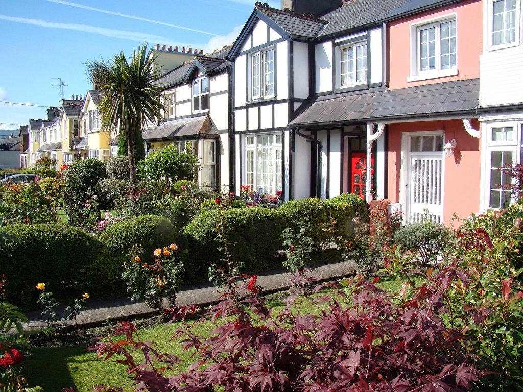 Häuser und Gärten in der nordirischen Stadt Killarney
