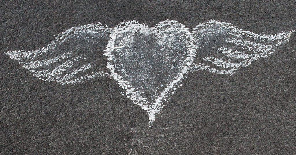 Tod einer jungen Mutter: ein Herz, mit weißer Kreide auf Schiefer gemalt, mit Flügeln