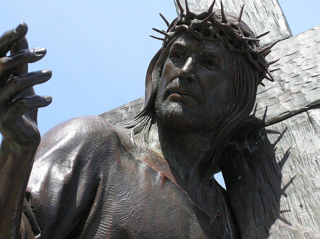 Jesus Christus mit der Dornenkrone neben dem Kreuz, das er trägt; das Gesicht und seine rechte Hand wendet er zur anderen Seite einem auf dem Bild nicht sichtbaren Menschen zu.
