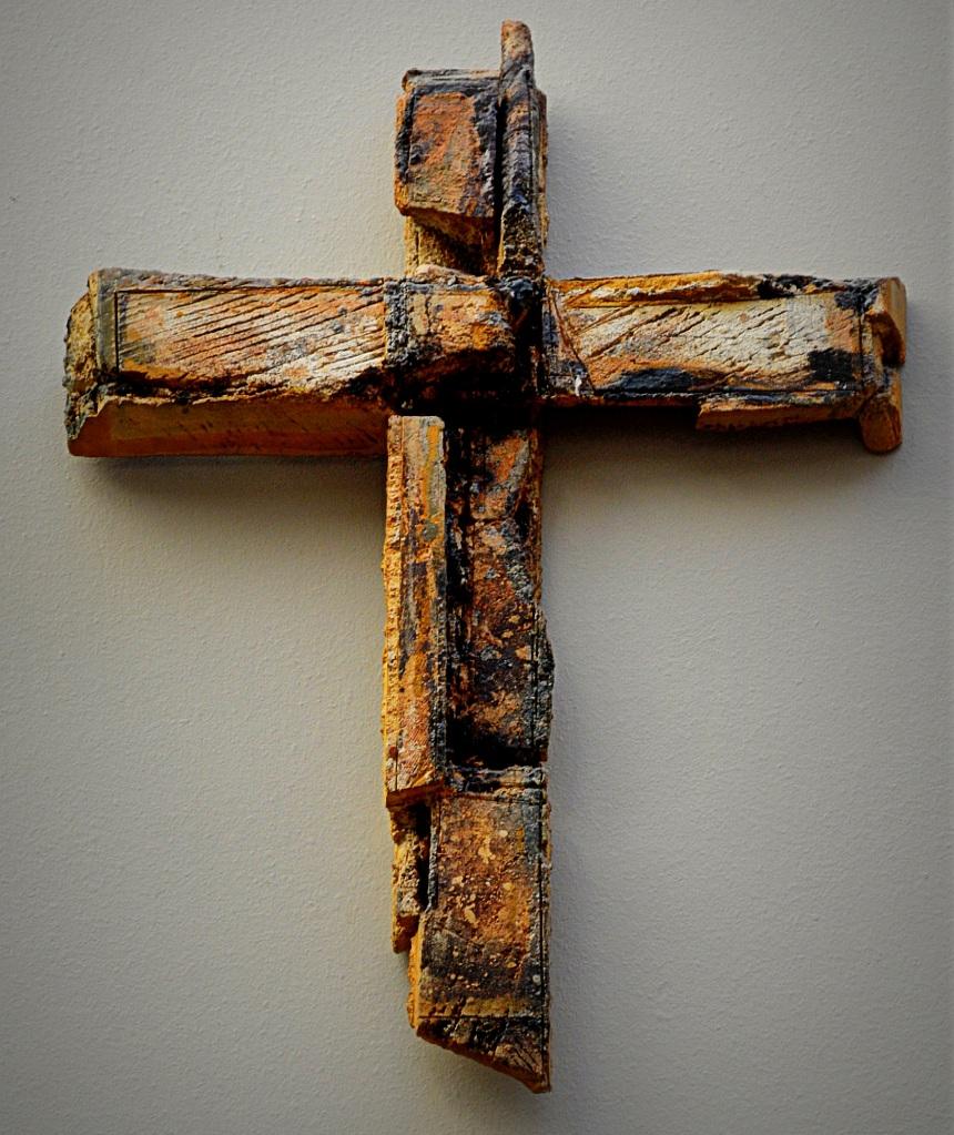 Gott macht Menschen fähig, Leid mitzutragen: Ein Kreuz aus angekokelten Holzstücken