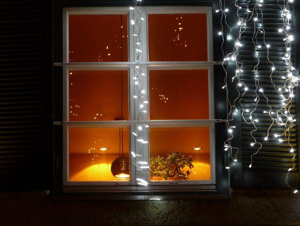 """""""Das sind meine Totenlichter"""" - eine Lichterkette an einem Fenster zur Weihnachtszeit"""