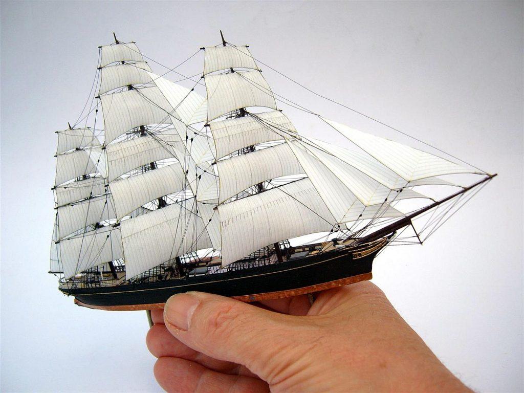 Du stellst meine Füße auf weiten Raum: Jemand hält ein kleines Schiffsmodell in vollen Segeln in der Hand