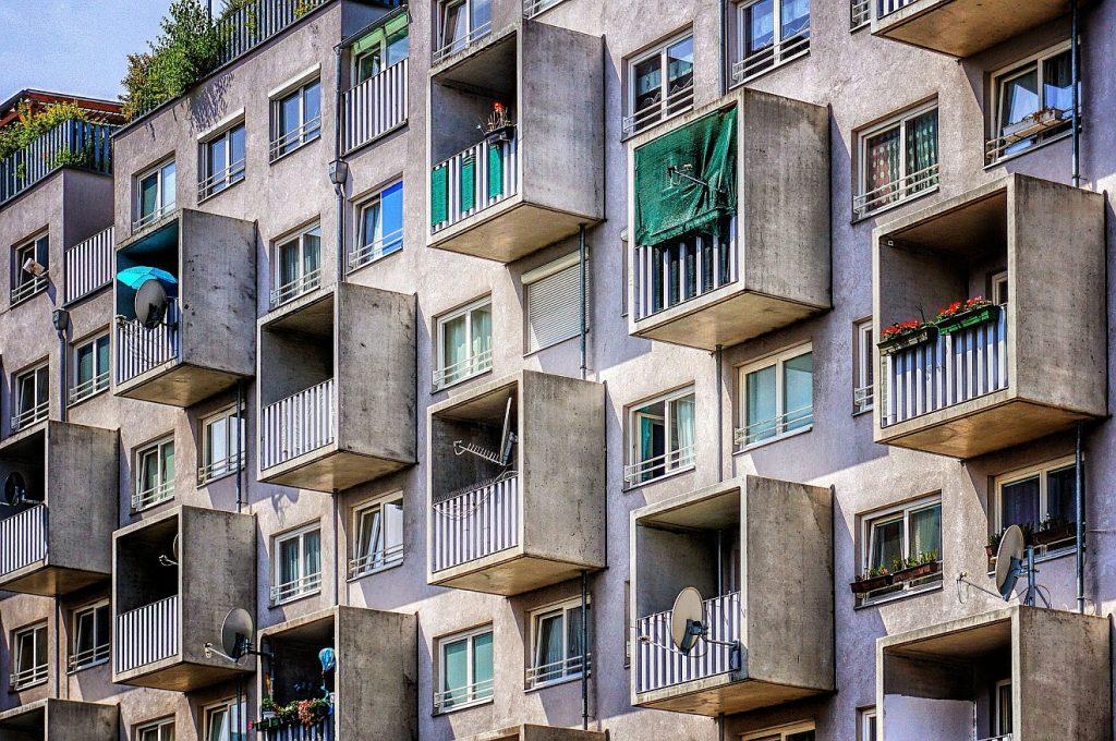 Verantwortlich auch für den Nachbarn: Häuserfront eines Wohnblocks mit vielen kastenförmigen Balkonen