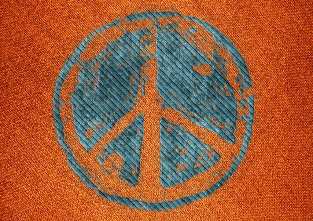 """""""Ich habe den guten Kampf gekämpft"""": das Peace-Zeichen, aufgedruckt in Blau auf orangenem Stoff"""