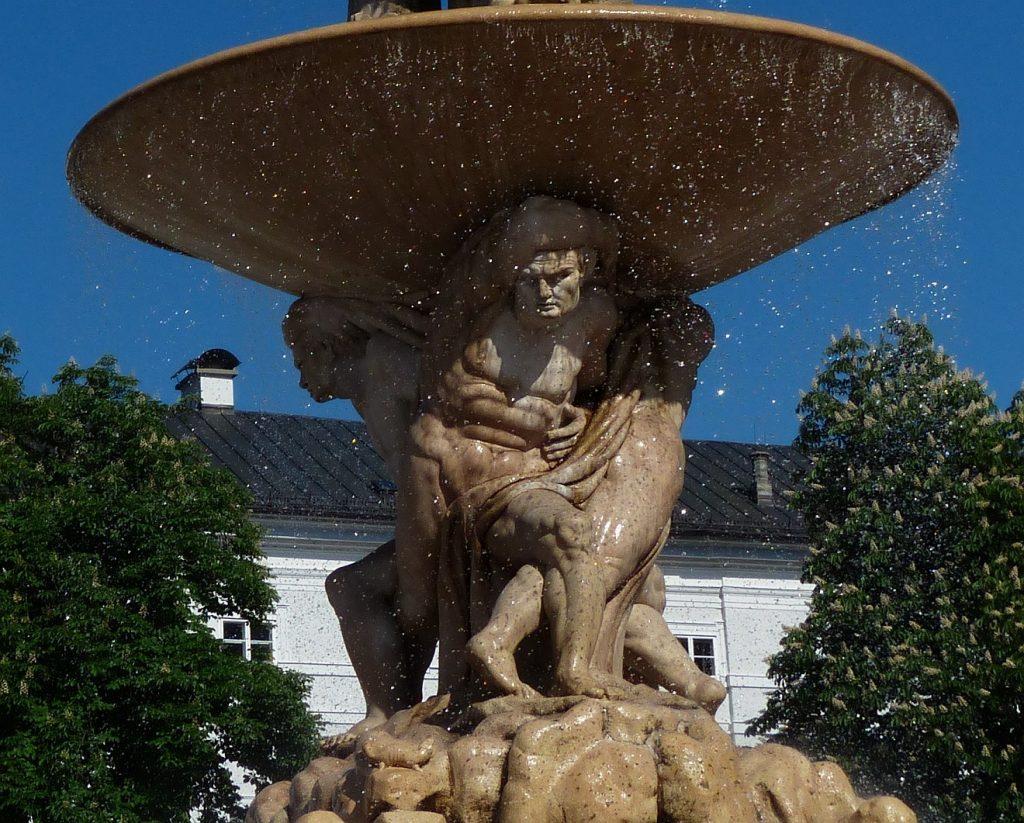 """""""Gott legt uns eine Last auf, aber er hilft uns auch"""": Lasten tragende Gestalten im unteren Teil des Residenzbrunnens in Salzburg"""