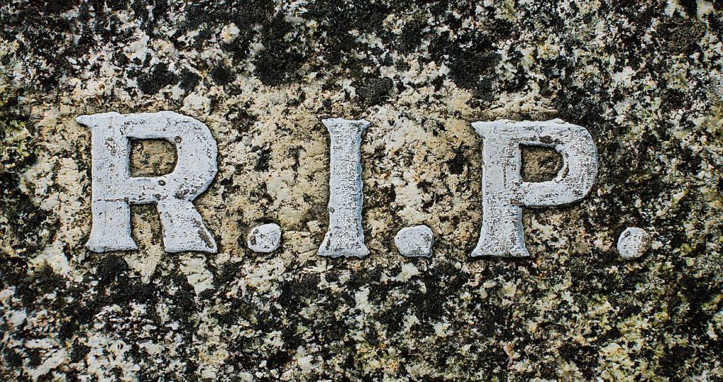"""Grabsteininschrift: R.I.P. = """"Rest In Peace"""" = """"Ruhe im Frieden"""""""