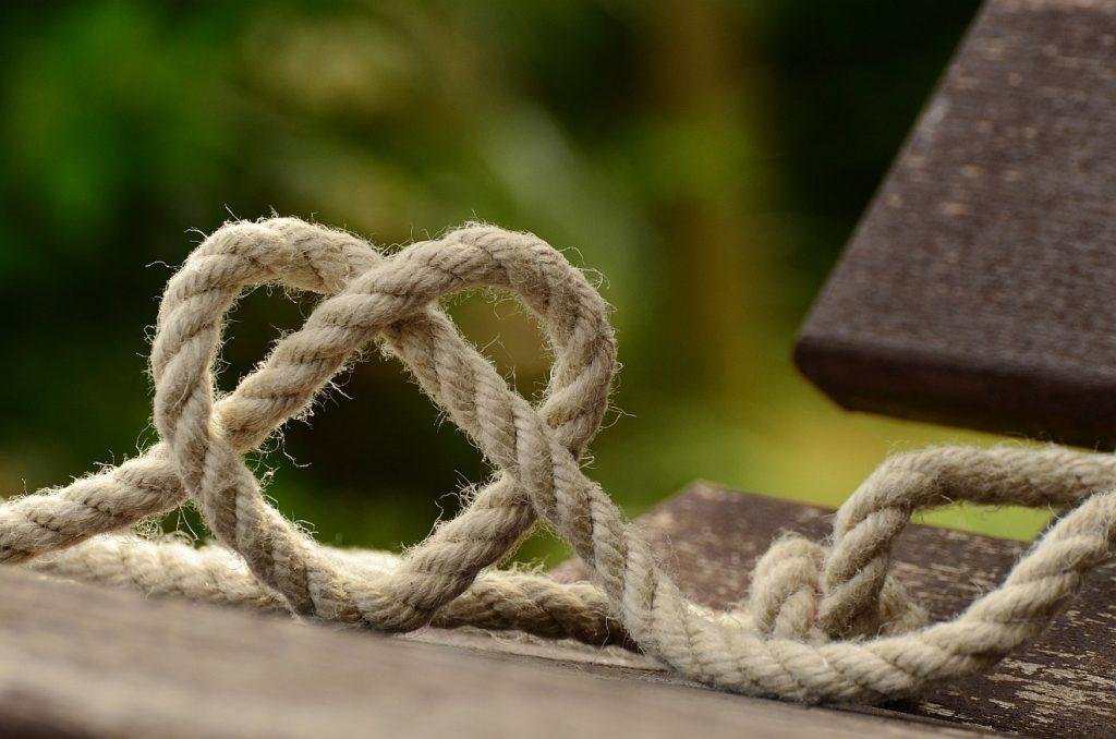 """""""Gegen die Treuen bist du treu"""" - ein Herz, gebildet aus einem festen Seil oder Tau"""