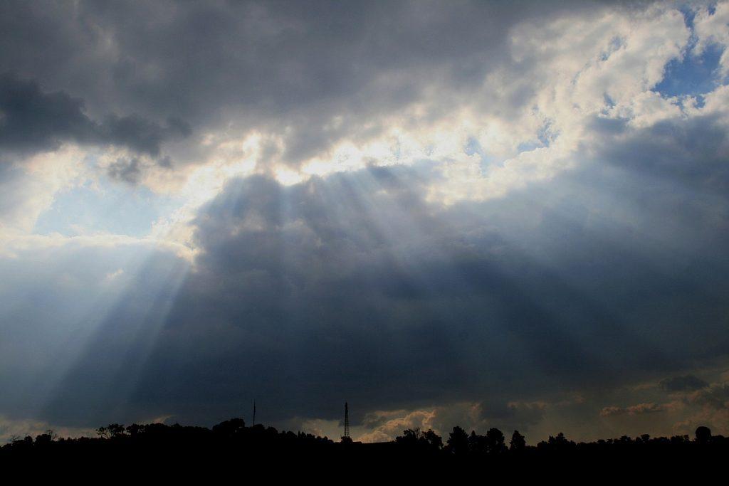 Gesegnet mit Liebe: Sonnenstrahlen brechen durch dunkle Wolken hindurch