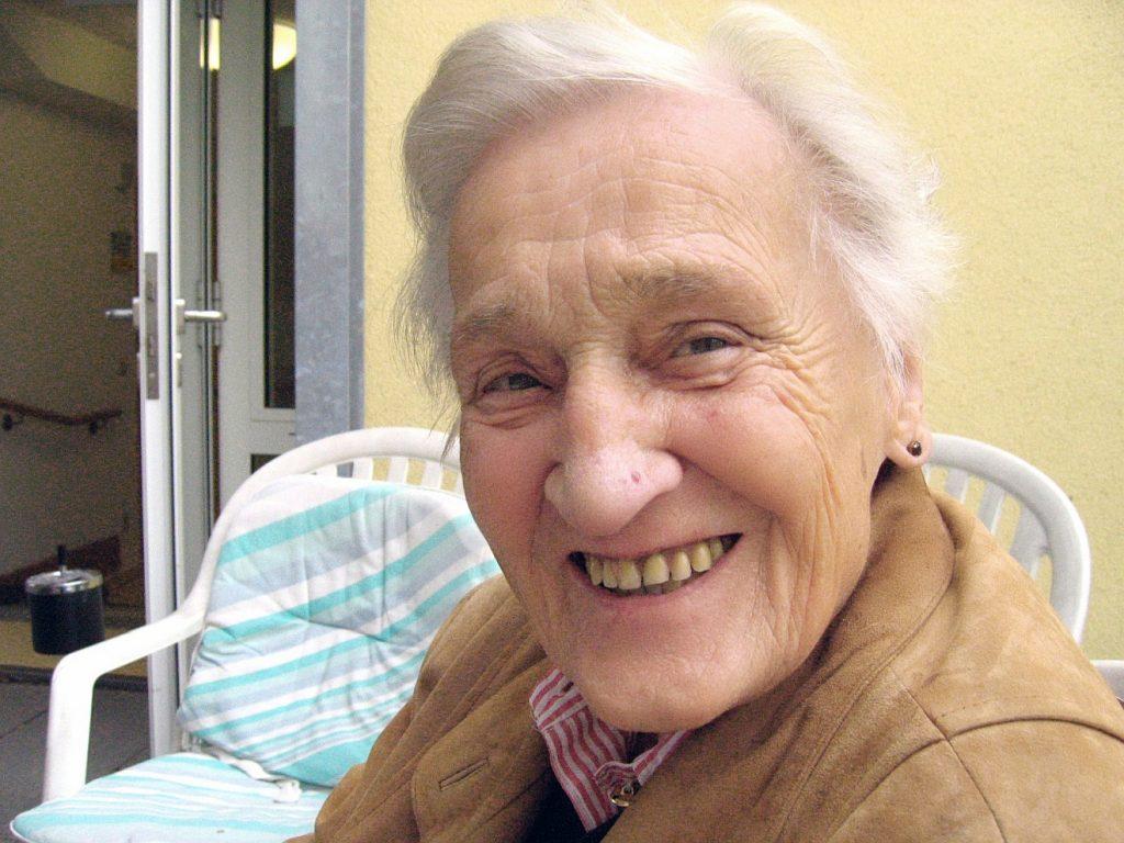 """""""Die auf ihn sehen, werden strahlen vor Freude"""": Eine Frau in einem Altenheim, die vor Freude strahlen kann"""