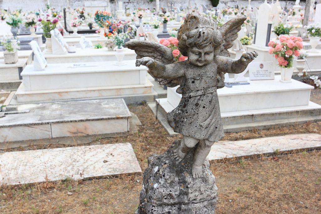 Ein tanzender Engel auf einem Friedhof in Portugal