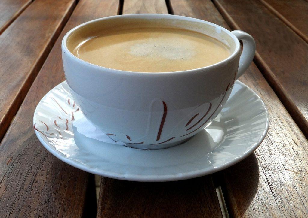 Kaffeeklatsch im Himmel: Eine Tasse Kaffee mit Milch