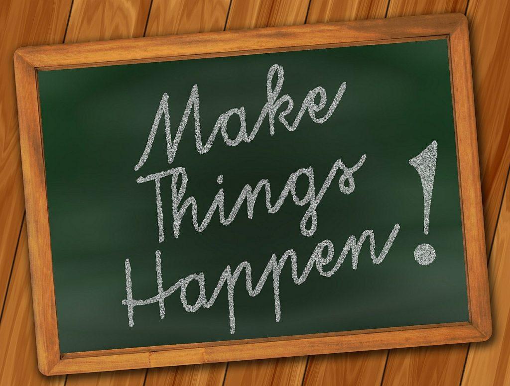 """Das Ende eines tatkräftigen Lebens: Eine Tafel mit der Aufschrift """"Make Things Happen!"""" = """"Lass Dinge geschehen!"""""""