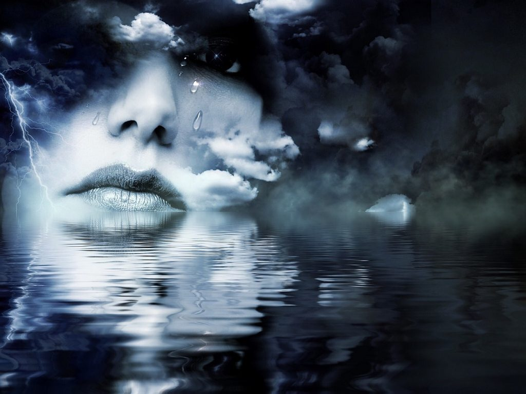 Trauerarbeit: Das Gesicht einer Frau mit Tränen in den Augen, das bis zur Unterkante der Lippen im Wasser liegt, über dem sich dunkle Wolken zusammenballen