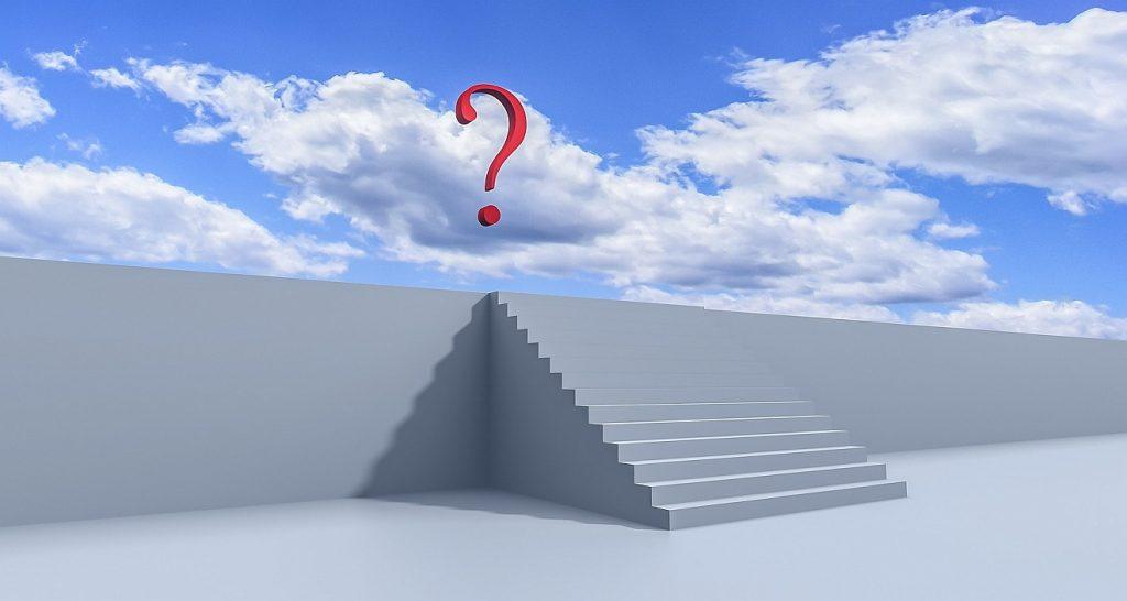 Ein Glaube, der dem Zweifel standhält: Eine Treppe führt über eine Mauer hinweg, hinter der ein blauer Himmel mit weißen Wolken und einem roten Fragezeichen zu sehen sind