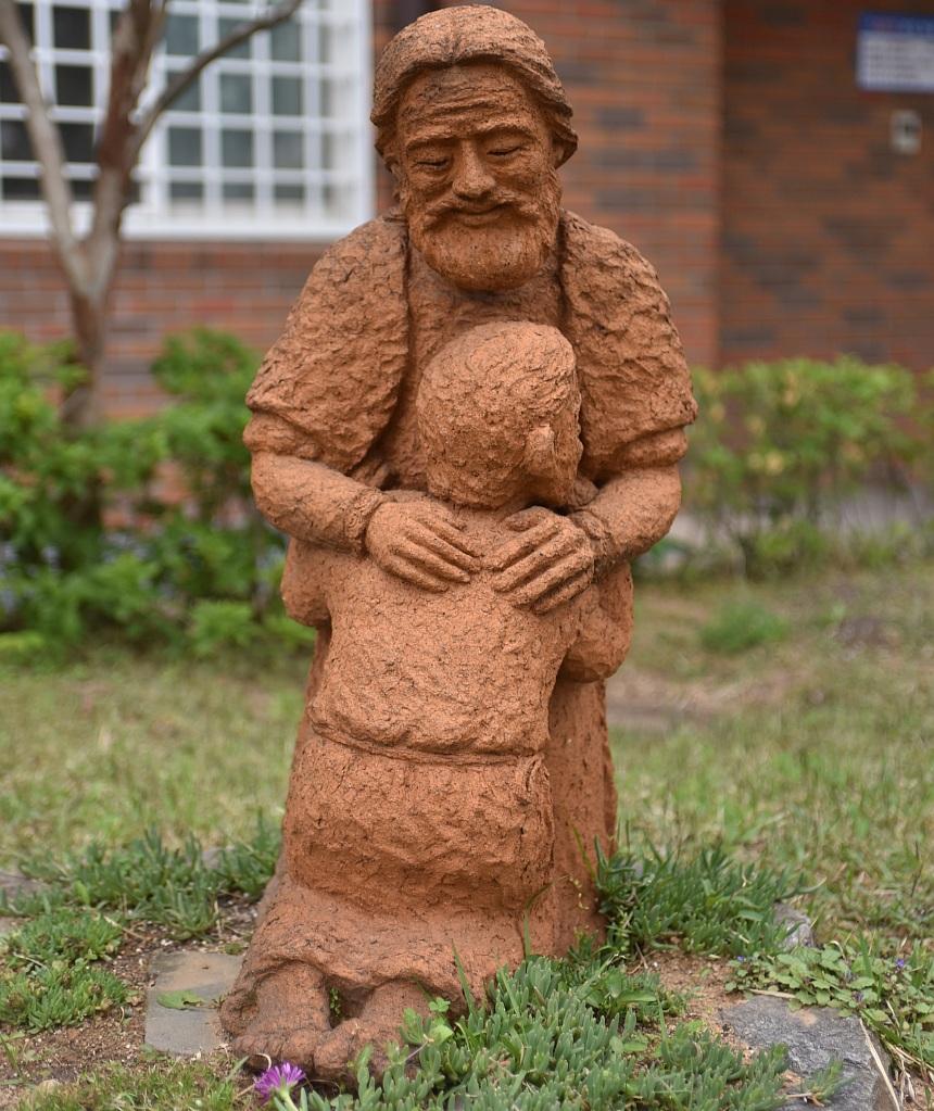 """""""Gott möge seiner Seele gnädig sein!"""" Terrakotta-Skulptur eines Vaters, der seinen Sohn in seine Arme nimmt"""