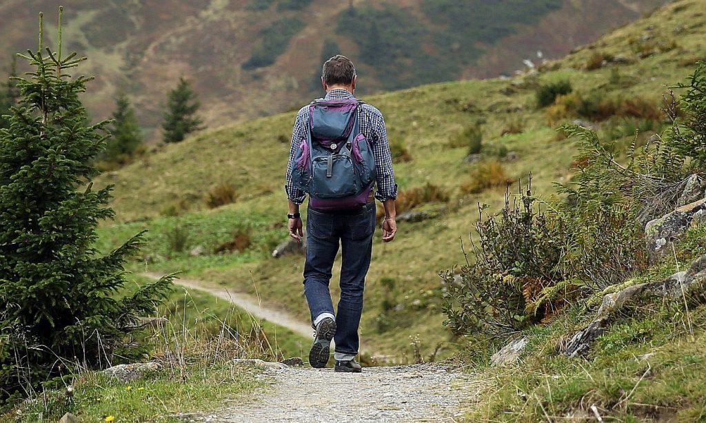 Ein Wanderer erlebt in den Bergen Gottes Natur
