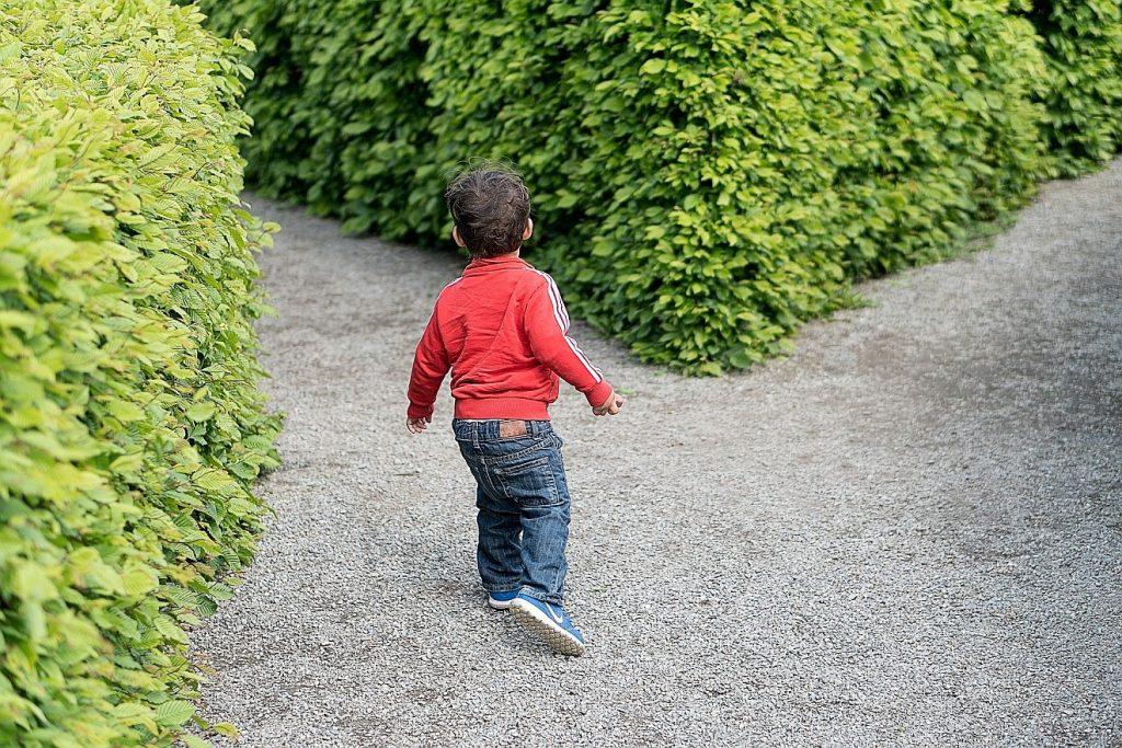 Gerecht in seinen Wegen - gnädig in den Werken: Ein kleiner Junge steuert auf einen von beiden Wegen an einer Weggabelung zu