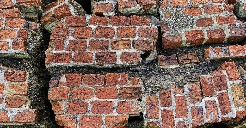 Wie gelingt es, ein zerbrochenes Leben in Ordnung zu bringen? Das Bild zeigt eine Ziegelmauer mit vielen Rissen, völlig auseinandergebrochen